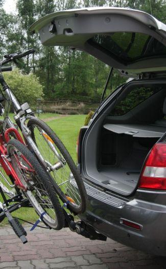 Odchylona platforma na rowery umożliwiająca otwarcie bagażnika samochodu