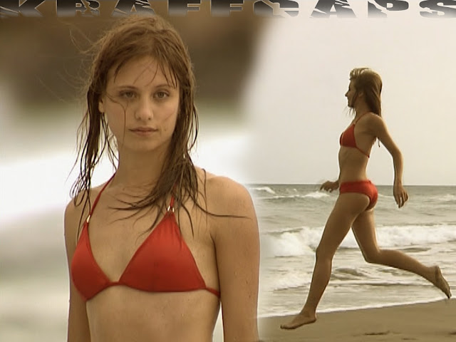 Michelle Jenner, bikini rojo en 'Los hombres de Paco'