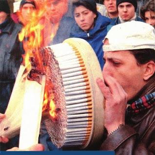 bolca sigara içen adam