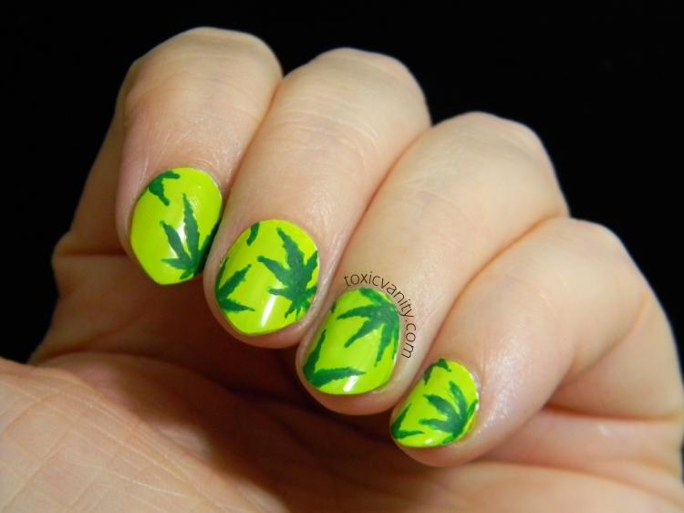 Con pintura acrílica verde oscuro realicé las siluetas de las famosas hojas de marihuana, me apetecía hacer un nail art inspirado en la serie Weeds y esta