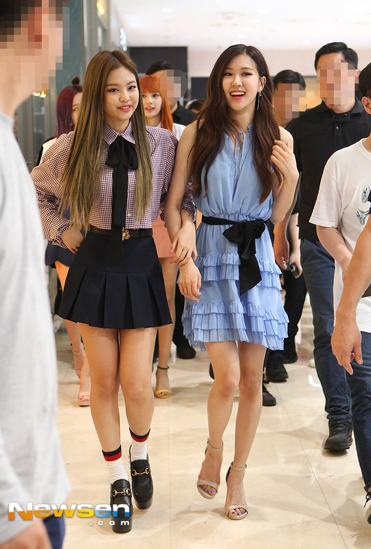 Jennie And Rose Captivate With Their Tiny Ant Waists Netizen Buzz