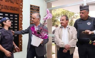 Governador de SP homenageia Pfem que matou ladrão em porta de escola