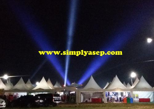 MEGAH : Permainan sinar laser pada prosesi pembukaan MTQ XXVI Kalbar yang berlangsung Senin malam (23/1)   Foto Asep Haryono