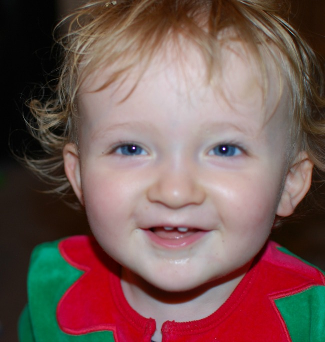 baby-portrait-in-christmas-outfit