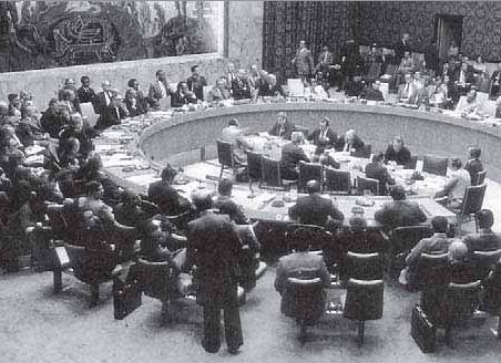 Anggota Dewan Keamanan PBB sedang bersidang. Anggota keamanan PBB terdiri dari 15 anggota: 5 anggota tetap dan 10 anggota tidak tetap