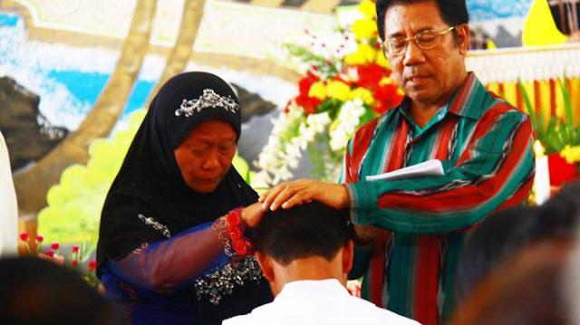 Ibu Muslim Berjilbab ini Senang Anaknya Jadi Pastor