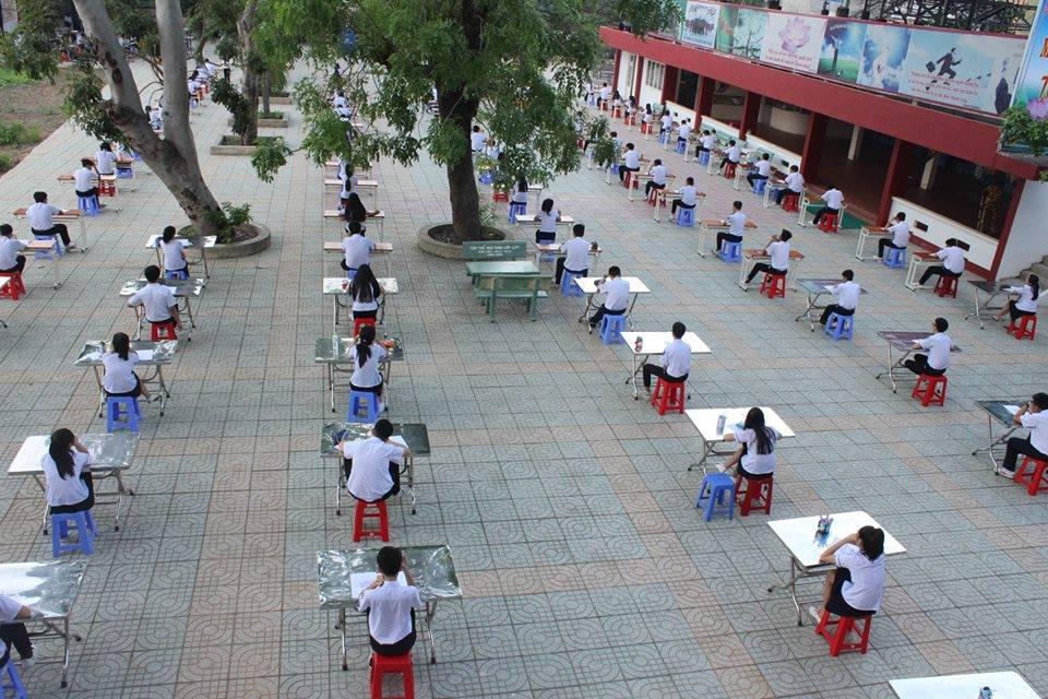 Học sinh đội nắng thi giữa sân trường để chống quay cóp