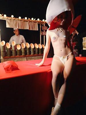 Cận cảnh bàn tiệc xa hoa trên cơ thể nude 6