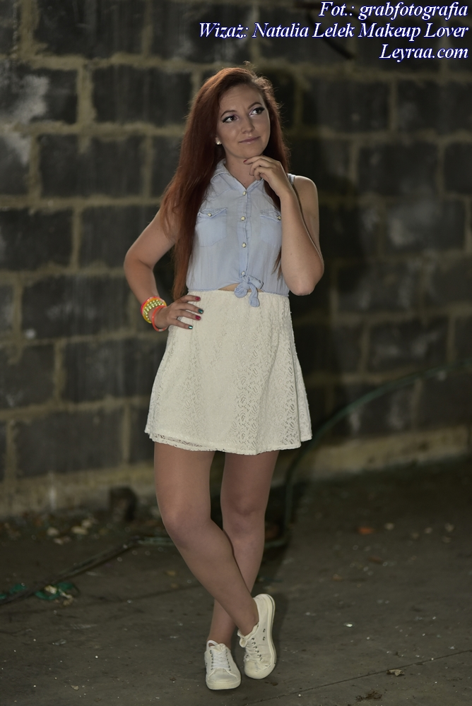 8.07.17 Biała koronkowa sukienka z jeansową górą, białe trampki, plastikowe kolorowe bransoletki