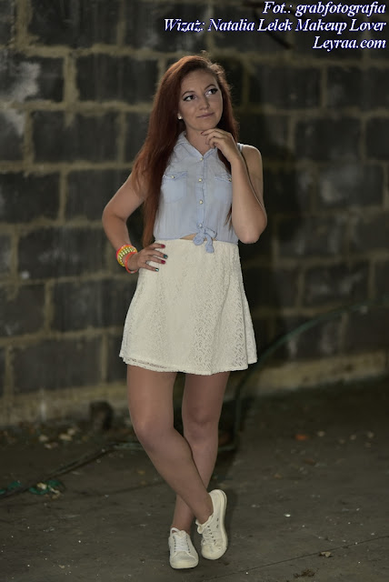 8.07.17 Biała koronkowa sukienka z jeansową górą, białe trampki, plastikowe kolorowe bransoletki, Dębica