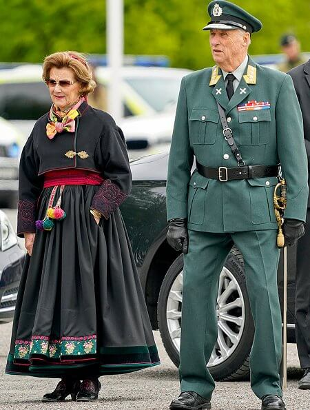 King Harald, Crown Prince Haakon. Queen Sonja and Crown Princess Mette-Marit is wearing traditional clothing