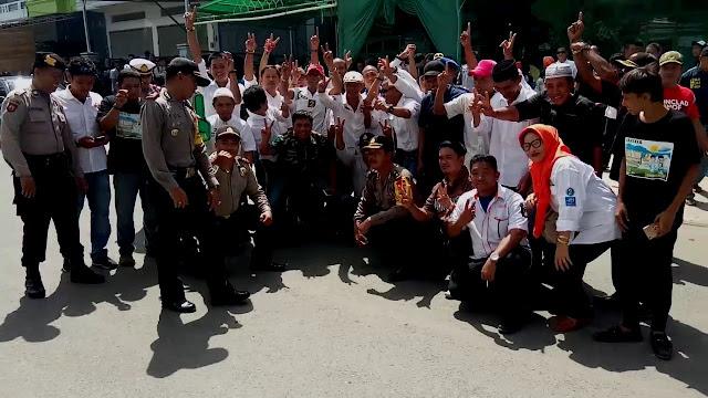 Momen Akrab Massa Pendukung 2 Cabup-Cawabup di Wajo Diluar Gedung Debat Kandidat