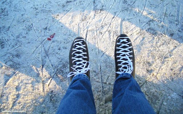 Winter foto met een paar schaatsen op het ijs