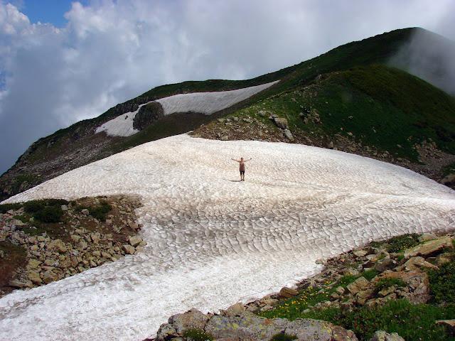 Снежное поле на хребте