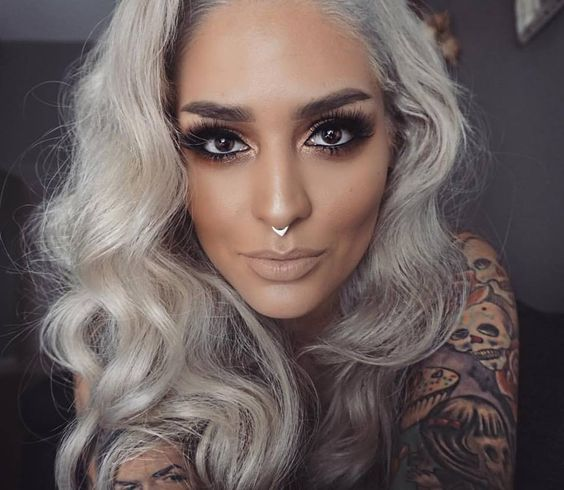 Una fascinante chica tatuada con diseños en el brazo
