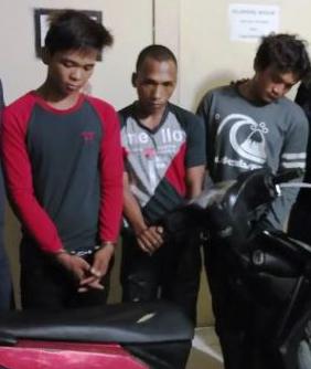 Ketiga tersangka pelaku begal yang sering beraksi di Tanjungbalai saat di kantor polisi.