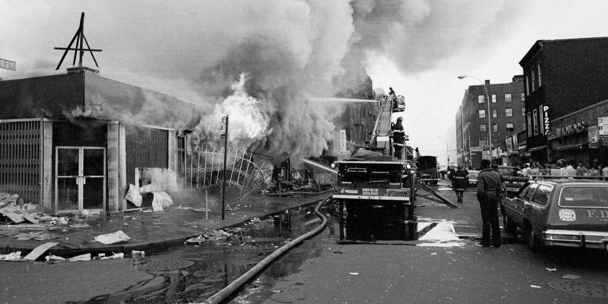 Disturbios e incendios en 1977.