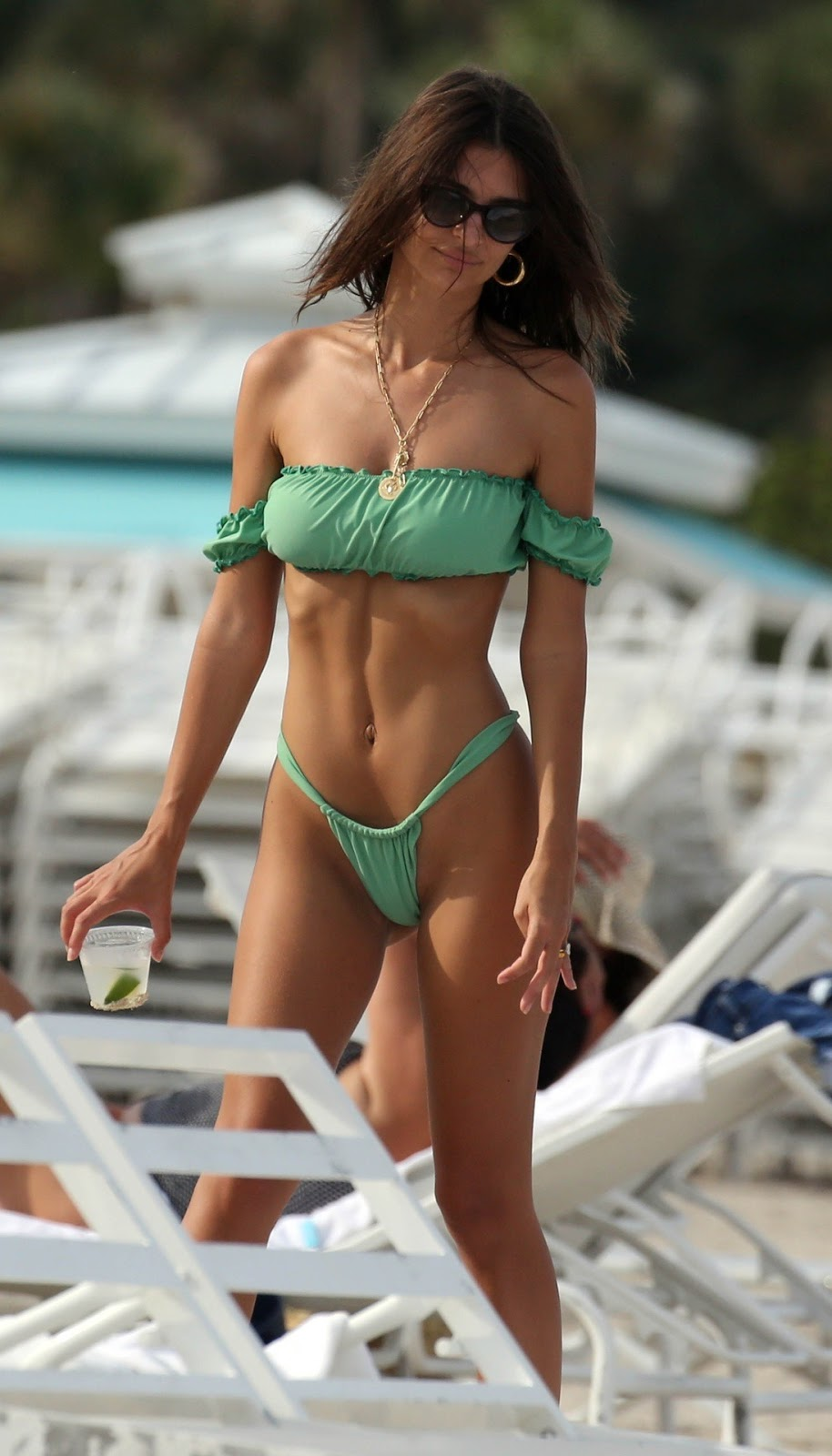 Емілі Ратаковскі в зеленому купальнику на пляжі в Маямі.
