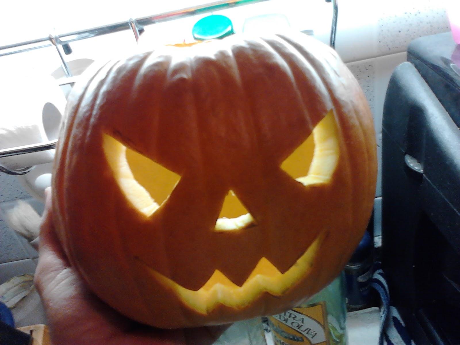 Facce Zucche Di Halloween.Casalinga Artigiana Zucca Di Halloween Intagliata