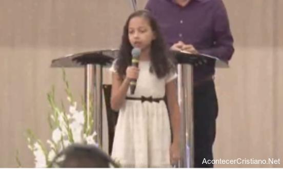 Niña hablando acerca de su labor de evangelismo con niños