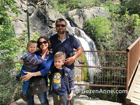 Sütüven şelalesi önünde ailecek, Hasan Boğuldu Kazdağı milli parkı