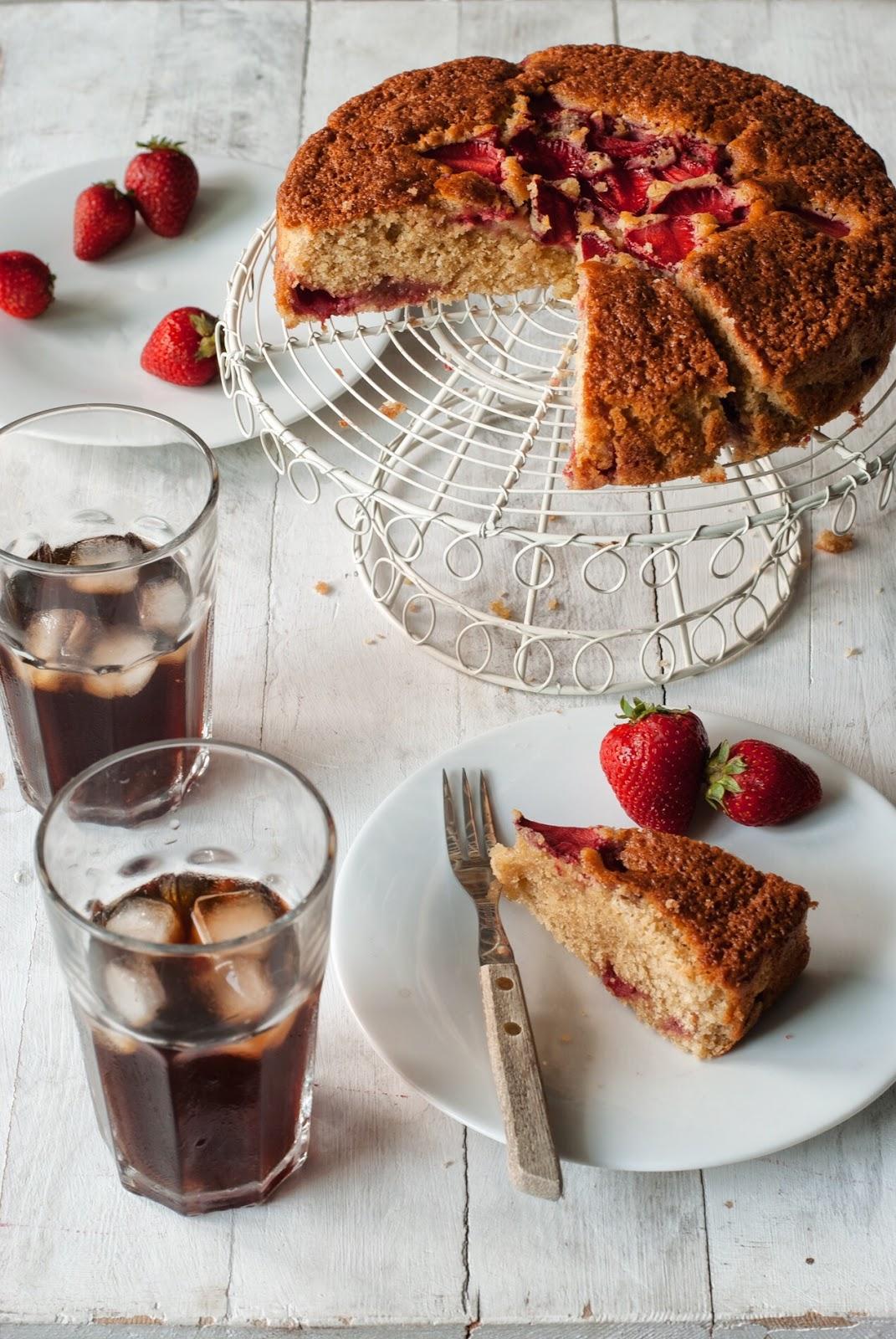 Szybkie ciasto kubeczkowe z truskawkami