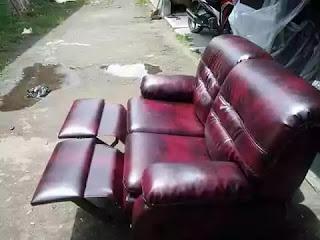 service sofa kulit warna merah di harapan indah