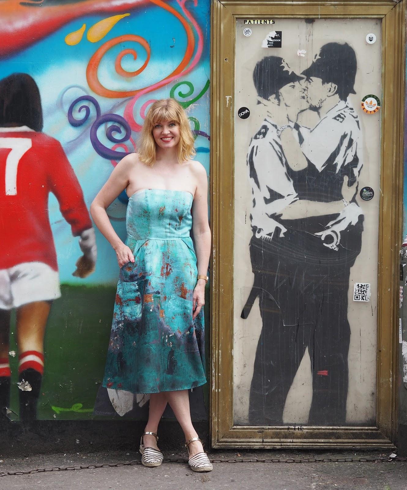 Banksy Kissing Coppers, Kissing Policemen graffiti