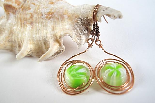 Groene acrylkralen omwikkeld met koperwire aan koperen haken  Totale lengte : 5 cm