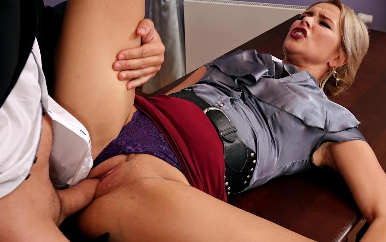 Ебать секретаршу в зеленой кофточке порно, кабинка видео эротика