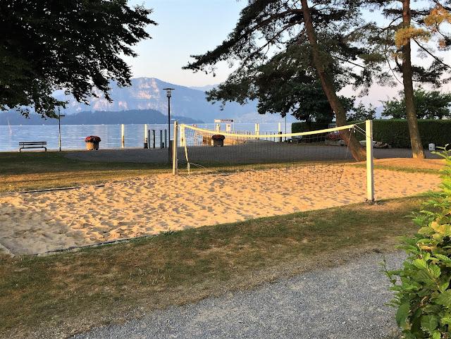 Am Vierwaldstättersee mit Beachvolley-Feld und Aussicht nach Hertenstein