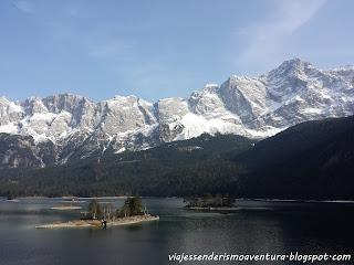 Detalle del lago Eibsee con los Alpes al fondo y el Zugspitze en lo más alto a la derecha