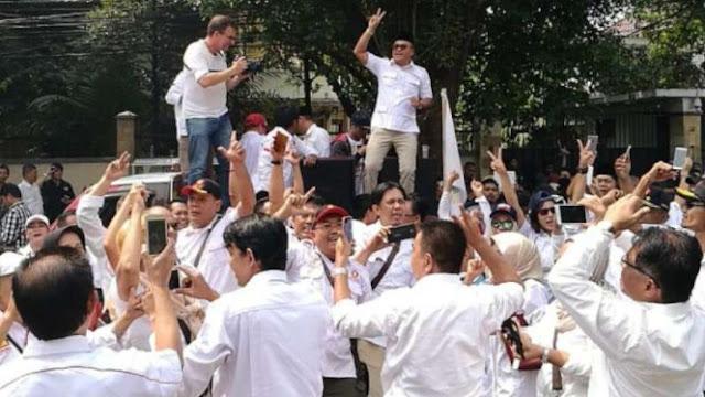 Prabowo-Sandi Diarak ke KPU, Lagu #2019GantiPresiden Menggema