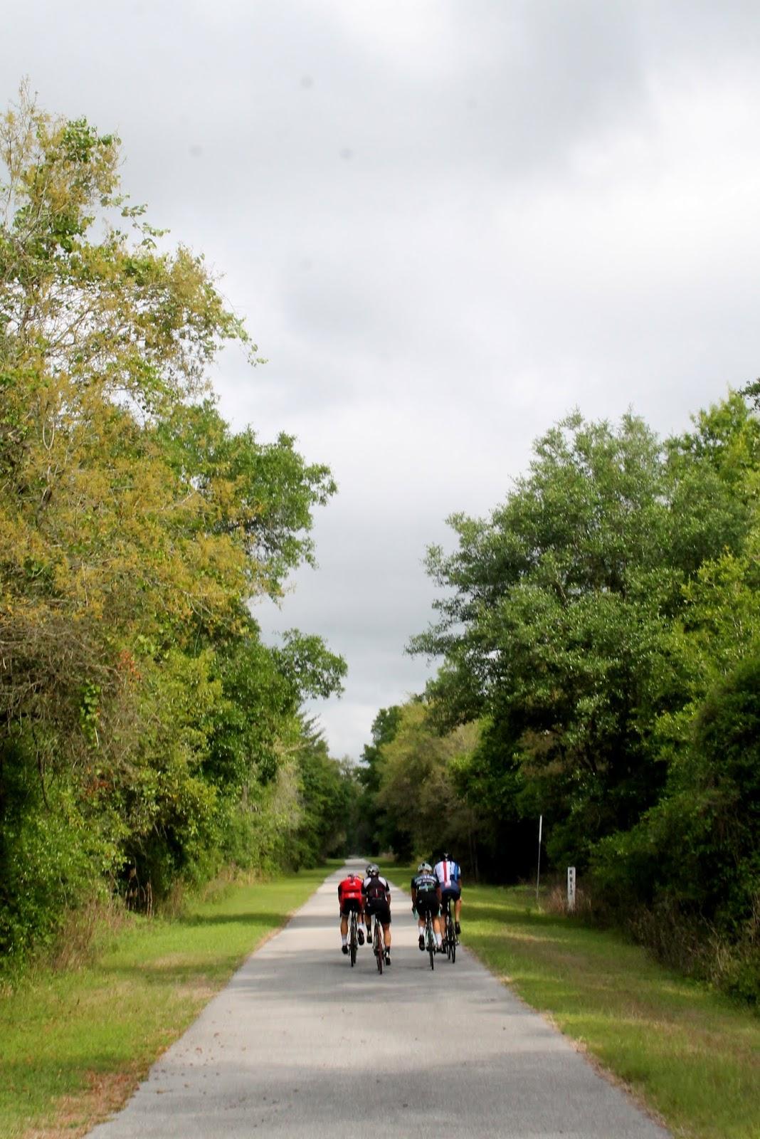 Ciclistas en el sendero