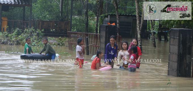 น้ำท่วมนราธิวาสต่อเนื่อง น้ำป่าไหลหลากเอ่อล้นท่วมโรงเรียน มัสยิด และถนน 13 อำเภอยังอ่วม(+คลิป)