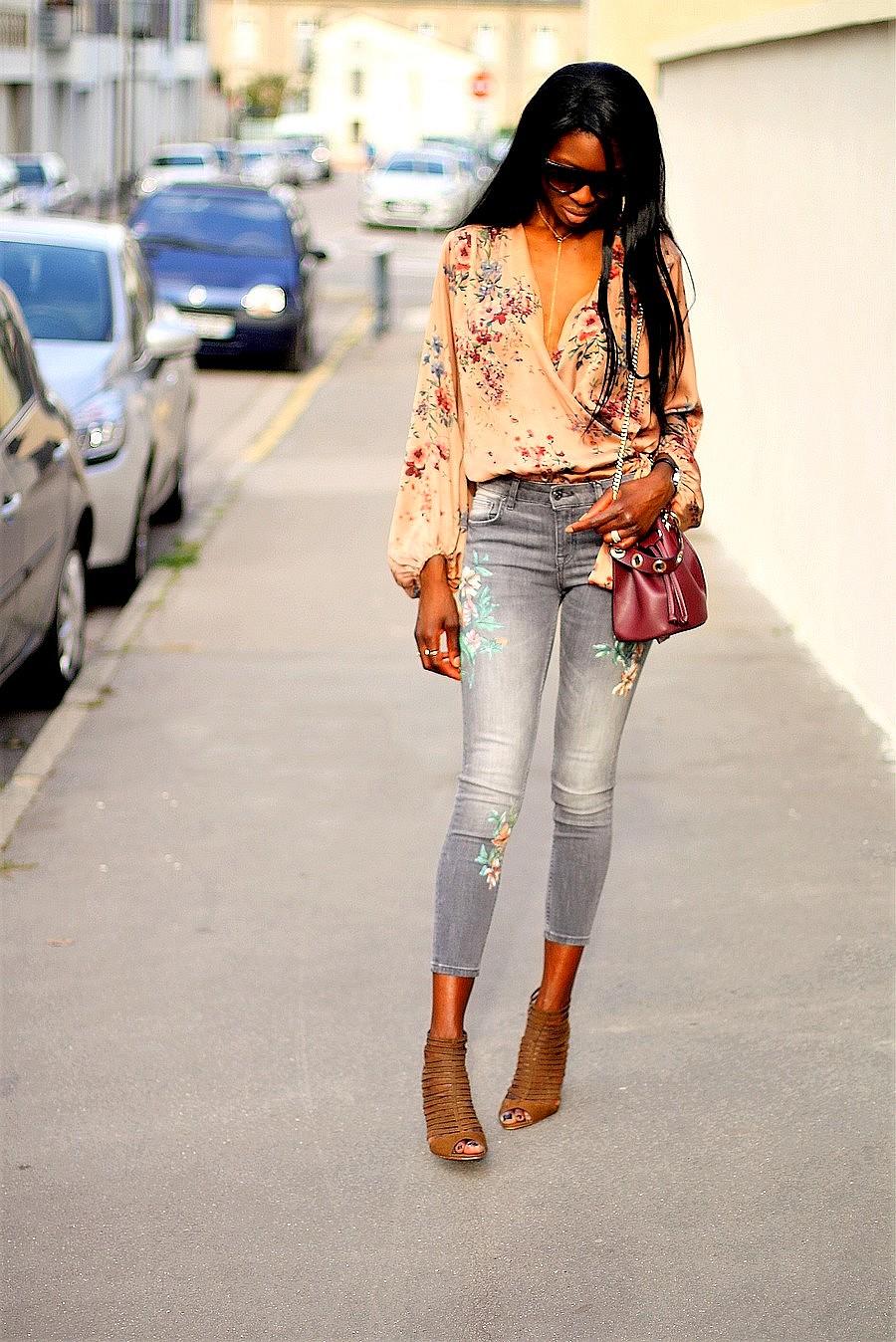 jeans-imprime-fleurs-body-cache-coeur-zara