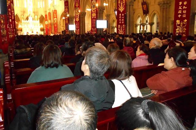 教会に集まった人々