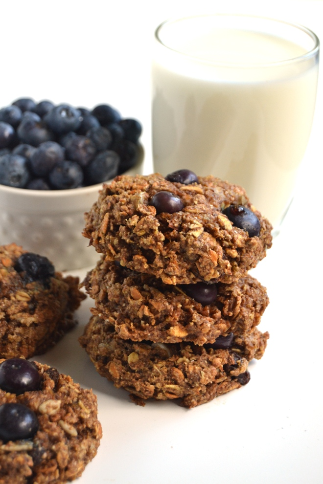 These Blueberry Breakfast Cookies are packed with nutritious ingredients such as fresh blueberries, flax and muesli for a healthy and delicious breakfast! www.nutritionistreviews.com