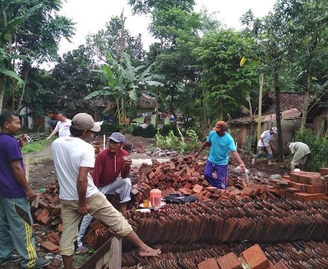 Proses pembangunan rumah warga