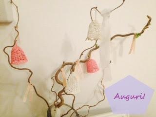branches de noisetier avec cloches de Paque crochetées