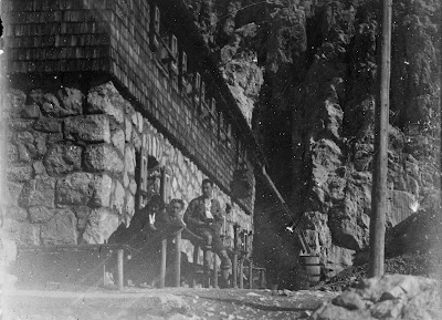 Detail - drei Personen vor der neuen Meilerhütte  - um 1910-1920