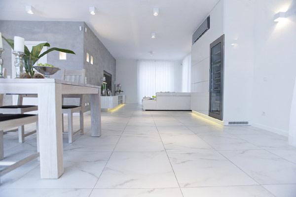 Hogares frescos sobrio apartamento blanco en varsovia por for Como brillar pisos de marmol