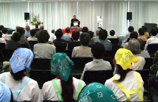 三遊亭楽春健康講演会「落語で笑って健康増進」の風景。