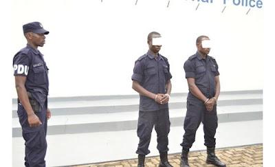 Polisi y'u Rwanda yerekanye abapolisi 2 bakekwaho kurya ruswa