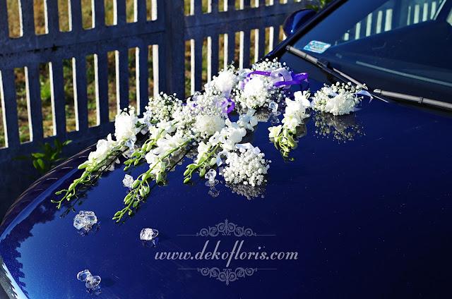 Ślubna dekoracja samochodu białe storczyki i gipsówka