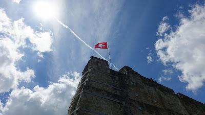 Wehende Schweizer Fahne auf der Ruine Farnsburg