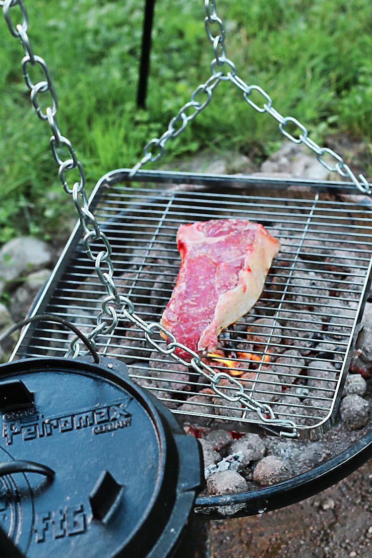 Rinderkotelett auf dem Gill der Petromax-Grillschaukel | Arthurs Tochter kocht. Der Blog für Food, Wine, Travel & Love