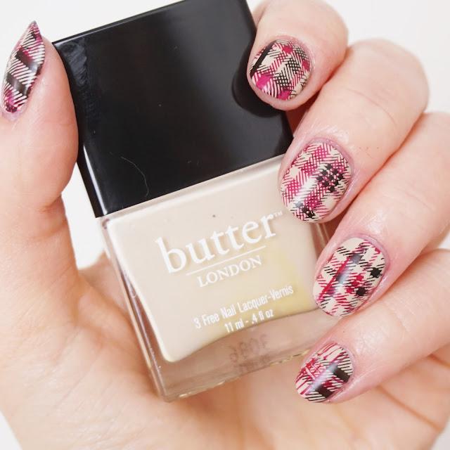 Nägel im Burberry-Style, Nails, Nail Art, Design, Karo-Muster, stamping, kariert, beige, rot, schwarz, Karomuster