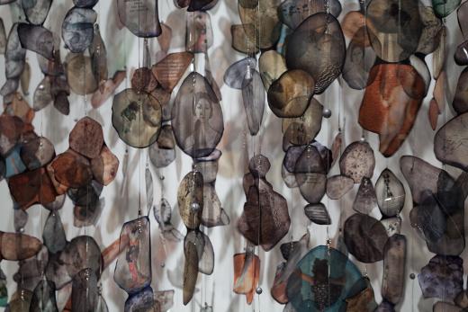 La naciente colección de arte contemporáneo de la Generalitat, que la componen 17 obras de creadoras valencianas de un total de 33 piezas, pretende mostrar el papel de la mujer en el desarrollo del arte contemporáneo actual.
