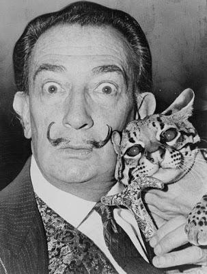 Foto de Salvador Dalí posando con su mascota